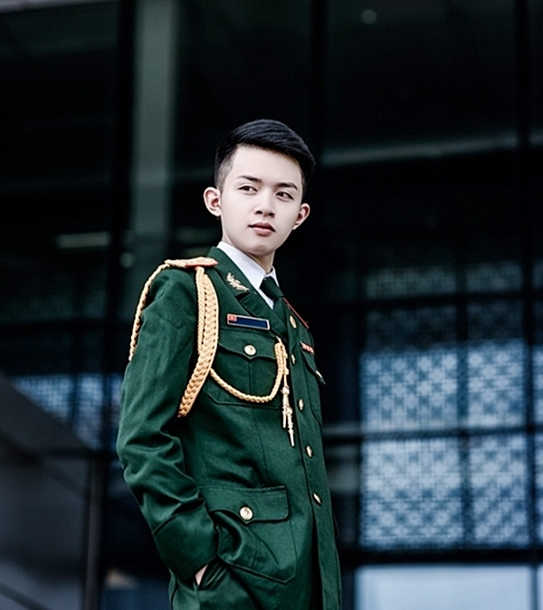Vẻ trang trọng, oai nghiêm của Bảo Hoàng trong những bộ quân phục. (Ảnh: Internet)