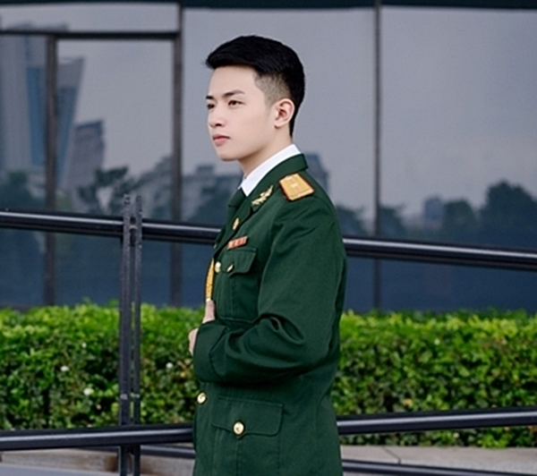 Nhiều bình luận cho rằng anh chàng mạnh mẽ và nam tính hơn hết trong bộ quân phục. (Ảnh: Internet)
