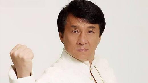 Thành Long gia nhập ngành giải trí từ những năm 70 của thế kỷ trước. Thời điểm mới vào nghề, ông đã may mắn được xuất hiện trong Tinh Võ Môn và Long Tranh Hổ Đấu của Lý Tiểu Long với những vai diễn nhỏ. Thời đó, nghệ danh của Thành Long là Trần Nguyên Long. Sau này ông mới quyết định đổi nghệ danh là Thành Long.