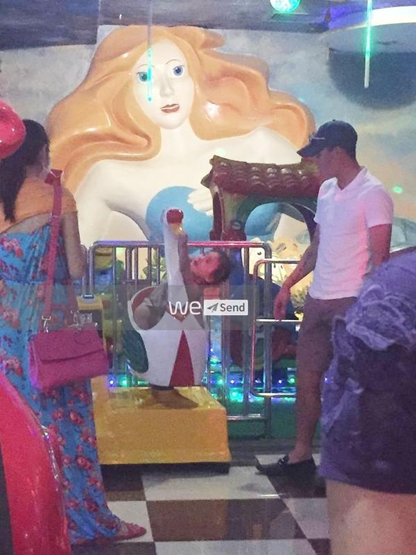 Cuối tháng 10, cư dân mạng bất ngờ truyền tay nhau hình ảnh hai vợ chồng Thủy Tiên - Công Vinh đưa Bánh Gạo đi chơi. (Ảnh: Trí Thức Trẻ) - Tin sao Viet - Tin tuc sao Viet - Scandal sao Viet - Tin tuc cua Sao - Tin cua Sao