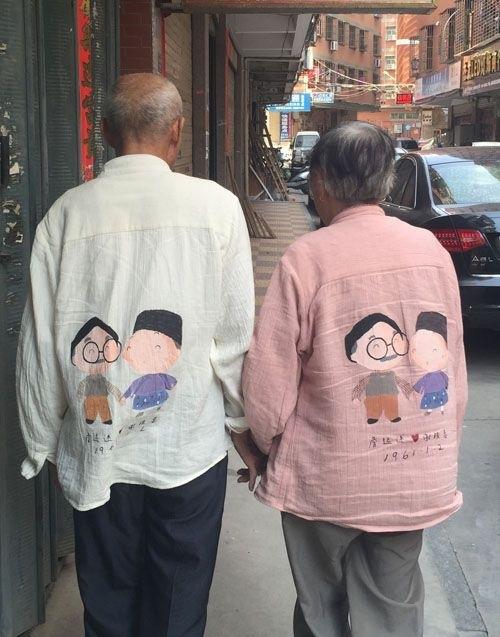 Cũng cách đây không lâu, dân mạng từng thích thú với hình ảnh hai cụ già người Trung Quốc nắm tay nhau đi trên phố mặc áo đôi vô cùng dễ thương. (Ảnh: Internet)