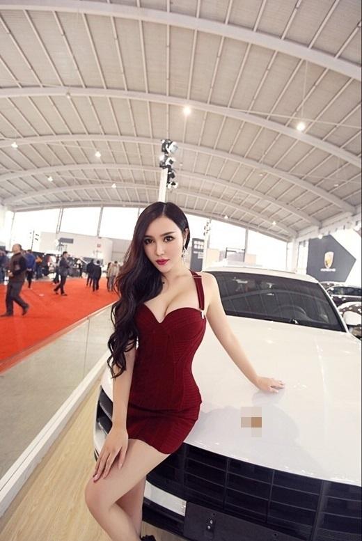 """Với thân hình """"bốc lửa""""cô được rất nhiều nhãn hiệu xe ưa thích """"chọn mặt gửi vàng""""(Ảnh Weibo)"""