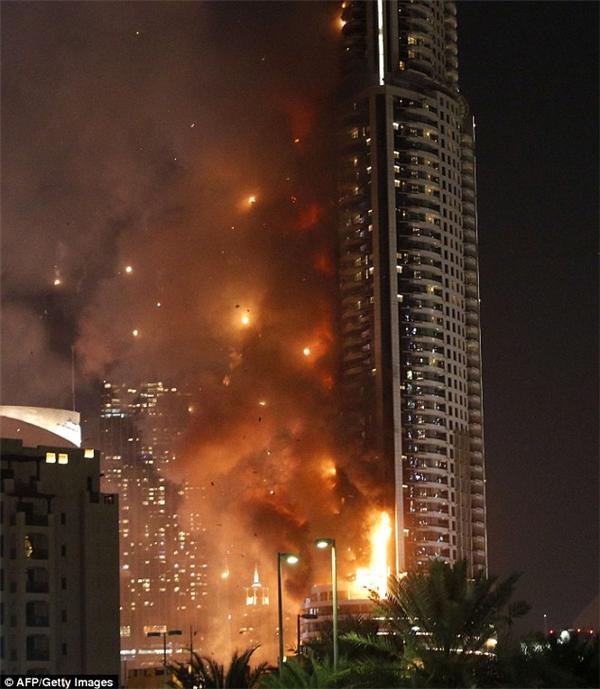 ...và sau đó bùng cháy dữ dội. (Ảnh: AFP)