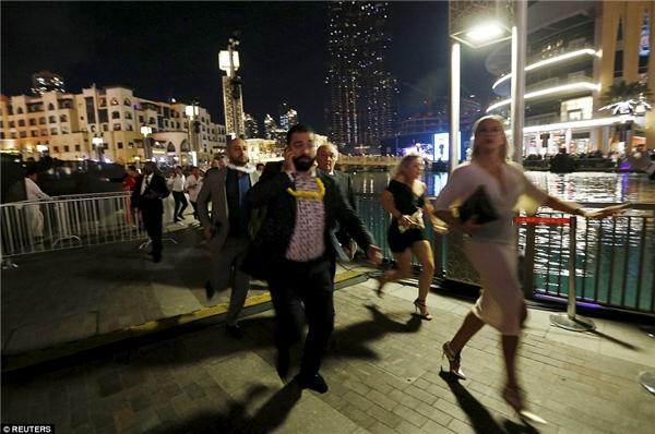 """Cặp đôi bị """"ném đá"""" vì """"tự sướng"""" trước khách sạn Dubai đang cháy"""