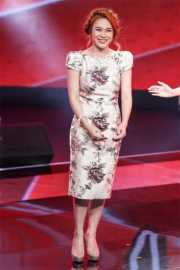Bộ váy bodycon nhẹ nhàng tạo điểm nhấn bằng họa tiết thêu tay, đính kết đã thực sự tạo nên hiện tượng cho Mỹ Tâm trên sân khấu The Voice.