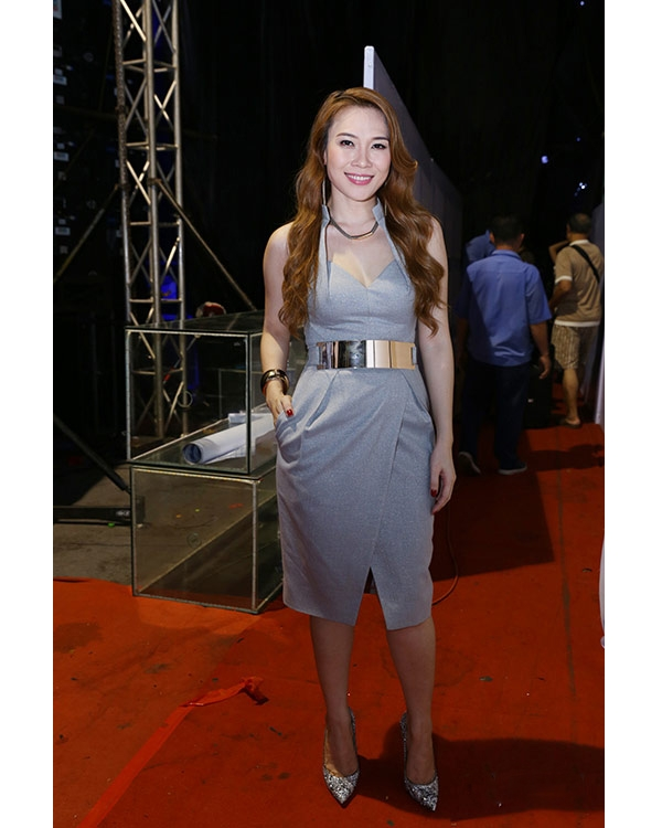 Phom váy bodycon truyền thống luôn được cách điệu tinh tế bởi những đường cắt, cách dựng phom 3D hiện đại.