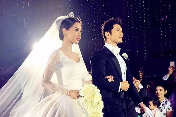 Ảnh chụp đám cưới của Huỳnh Hiểu Minh và AngelaBaby. Đây được coi là sự kiện nổi bật nhất trong những tháng cuối cùng của năm 2015. Dàn khách mời khủng, đám cưới lộng lẫy, những món đồ trang sức xa hoa và những lời tâm tình như tiểu thuyết của Huỳnh Hiểu Minh đã khiến khán giả nữ dậy sóng.