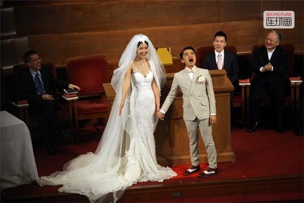 Niềm hạnh phúc của Vương Tổ Lam trong đám cưới với hoa hậu Lý Á Nam. Để lấy được người đẹp này, anh chàng Vương Tổ Lam đã phải nỗ lực trong nhiều năm liền để chứng minh bề ngoài không phải là yếu tố quyết định sự thành công của đàn ông. Cảnh Vương Tổ Lam rớt nước mắt trong hôn lễ cũng nhận được sự chú ý đặc biệt của công chúng.