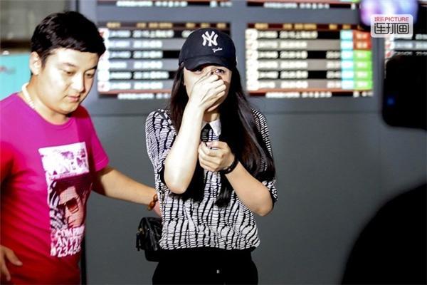 Nữ diễn viên Cát Thiên bật khóc ở sân bay sau khi lihôn với vận động viên Lưu Tường. Nhiều người cho rằng cô gái này đã gài bẫy Lưu Tường để làm đám cưới bằng việc giả mang thai. Sau khi sự việc bại lộ, chàng vận động viên đã không ngần ngại mà bỏ rơi cô nàng.
