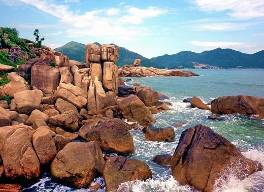 Đây là một địa điểm lý tưởng cho du khách muốn ngắm bình minh hayhoàng hôn ở Nha Trang, do không gian của Hòn Chồng gần như tách biệt với không gian nhộn nhịp của chốn phồn hoa đô thị.