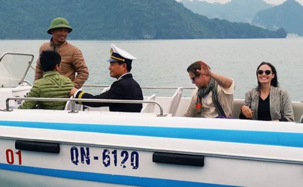 Vợ chồng Brad Pitt - Angelina thích thú khi đi thăm Vịnh Hạ Long.
