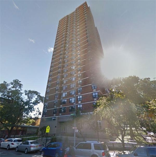 Toàn cảnh tòa nhà Manhattan, nơi đã xảy ra vụ tai nạn thương tâm.