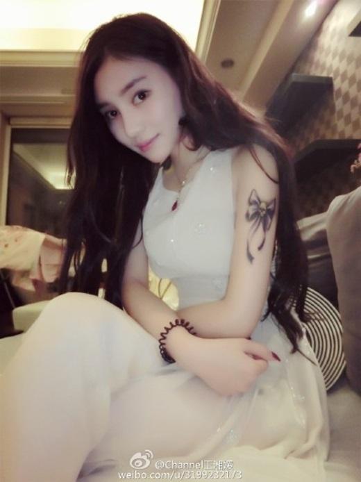 Một hình ảnh khá lạ mắt khi trang điểm nhẹ nhàng của cô. (Ảnh Weibo)