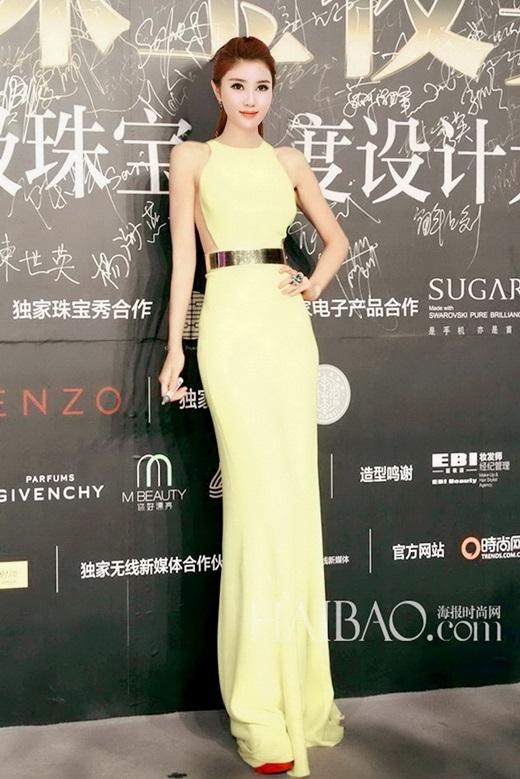 Khi không khoáclên người những bộ trang phục hở bạo, cô vẫn cực kì xinh đẹp và cuốn hút. (Ảnh Weibo)