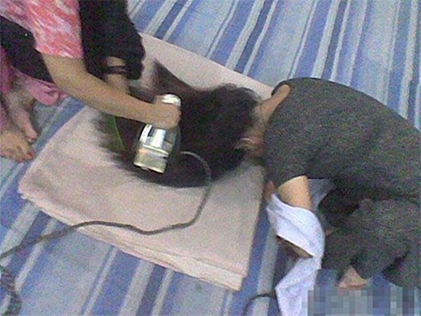 Cần gì máy duỗi tóc khi đã có bàn ủi! (Ảnh: Internet)