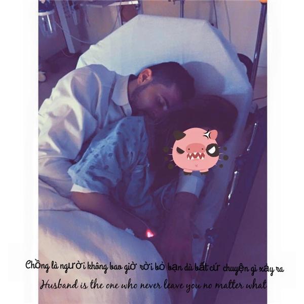 Michaelluôn bên cạnh và chăm sócSam,ngay cả khi cô trên giường bệnh anh vẫn luôn cận kề động viên, an ủi.(Ảnh: Internet)