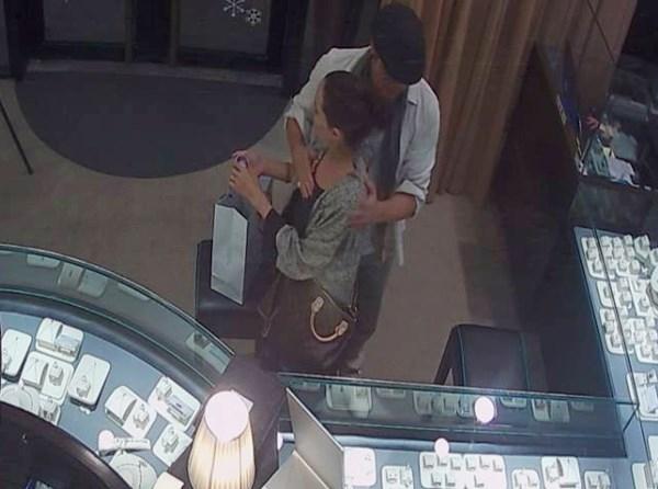 """Suốt thời gian mua nữ trang, Brad Pitt luôn dành cho vợ những cử chỉ và cái ôm đầy lãng mạn. Nhân viên cửa hàng cảm thấy cả hai ngôi sao nổi tiếng như đang """"trốn"""" 6 đứa trẻ để hẹn hò riêng tư."""