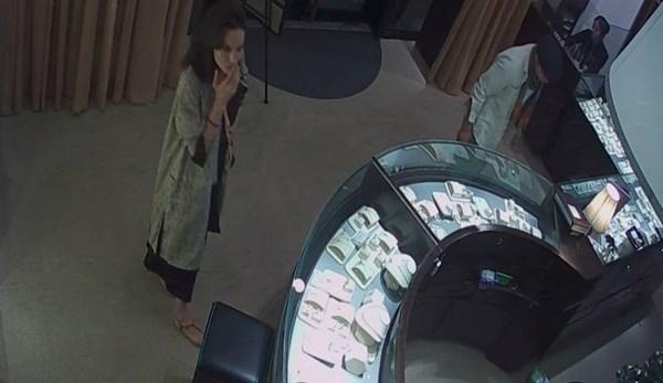 Angelina Jolie và Brad bước vào cửa hàng trang sức CAO ở Hà Nội giản dị như những người khách du lịch và không có vệ sĩ đi cùng.
