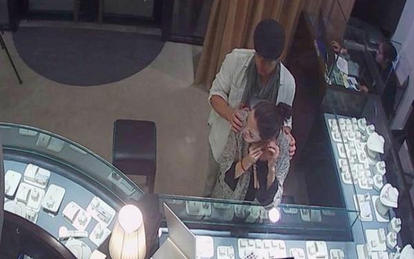 Nam tài tử ngọt ngào tận tay mua quà và giúp vợ đeo món trang sức lên thử trước mặt các nhân viên cửa hàng.