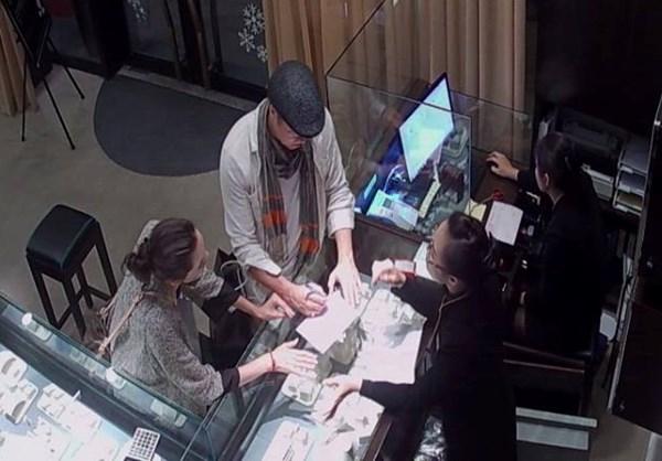 Brad Pitt đã mua tặng vợ 1 bộ nữ trang gồm dây cuyền, nhẫn và bông tai của cửa hàng.