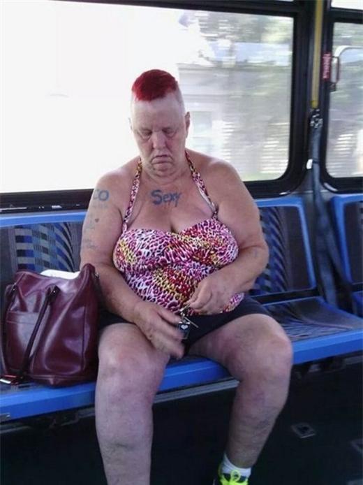 Cũng không biết gọi đây là thời trang gì... (Ảnh: Internet)   Vì niềm đam mê màu đỏ là không giới hạn... (Ảnh: Internet)   Quá gợi cảmluôn nhỉ? (Ảnh: Internet)