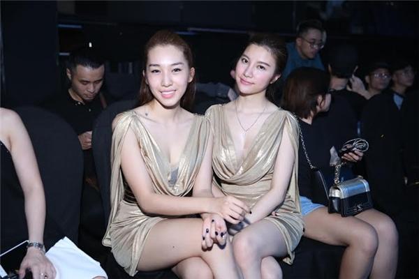 Hạnh Sino và Emily diện bộ trang phục ánh kim cực nổi bật. Trông hai cô gái không giống những đôi bạn đồng hành bình thường mà thật sự gần như đã trở thành một cặp chị em thân thiết và đồng điệu trên mọi phương diện. - Tin sao Viet - Tin tuc sao Viet - Scandal sao Viet - Tin tuc cua Sao - Tin cua Sao