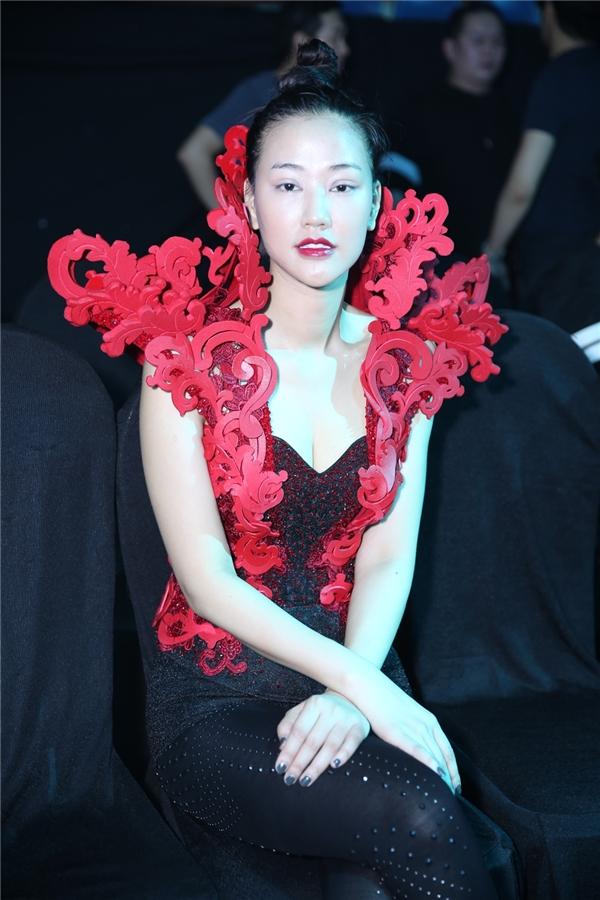 Nữ ca sĩ Mayathu hút mọi ánh nhìn tại sân khấu khi xuất hiện bắtmắt với chiếc đầm được thiết kế ấn tượng. - Tin sao Viet - Tin tuc sao Viet - Scandal sao Viet - Tin tuc cua Sao - Tin cua Sao