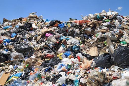 Bạn sẽ không khó để bắt gặp những đống rác khổng lồ như thế này... (Ảnh: Internet)