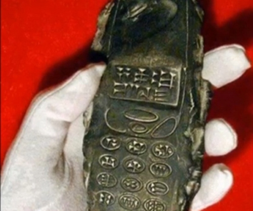 Món cổ vật có hình dáng gần giống điện thoại di dộng. (Ảnh: Internet)