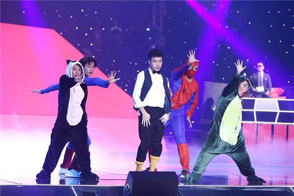 Justatee bên cạnh dàn vũ công gồm người nhện, cá sấu, siêu nhân và gấu trúc. - Tin sao Viet - Tin tuc sao Viet - Scandal sao Viet - Tin tuc cua Sao - Tin cua Sao