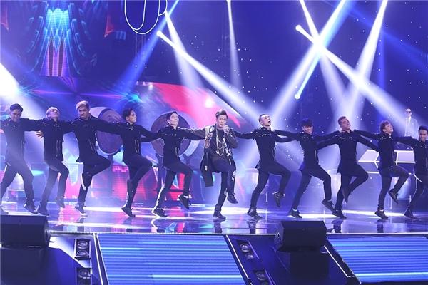 Hàng loạt sáng tạo về vũ đạo được chàng ca sĩ mang lên sân khấu. - Tin sao Viet - Tin tuc sao Viet - Scandal sao Viet - Tin tuc cua Sao - Tin cua Sao