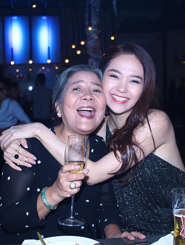Cũng trong buổi tiệc, giọng ca Vừa đi vừa khóc vui mừng khi được hội ngộ NSƯT Lê Thiện - người mà cô quý mến và kính trọng như người bà của mình. - Tin sao Viet - Tin tuc sao Viet - Scandal sao Viet - Tin tuc cua Sao - Tin cua Sao