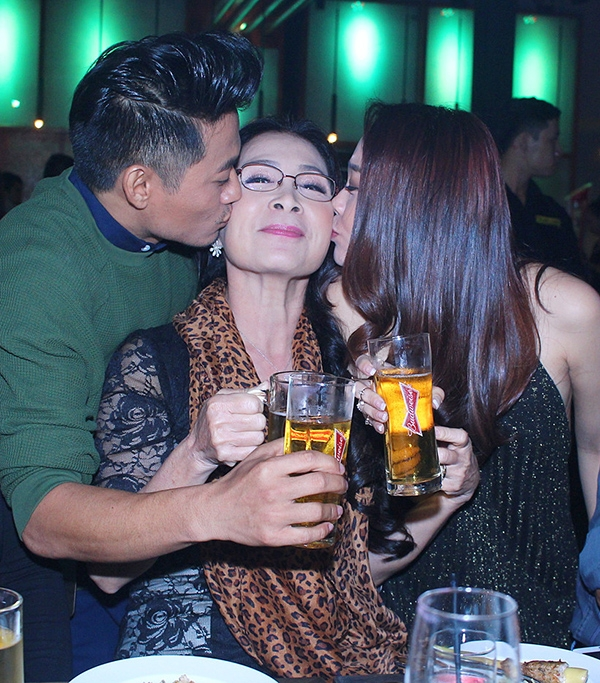 Quý Bình - Minh Hằng cũng dành những tình cảm đặc biệt dành cho nữ NSƯT Kim Xuân. - Tin sao Viet - Tin tuc sao Viet - Scandal sao Viet - Tin tuc cua Sao - Tin cua Sao