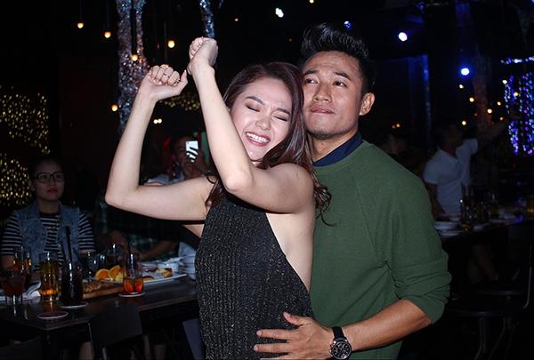 Trong suốt buổi tiệc, Quý Bình luôn cận kề bên cạnh Minh Hằng. - Tin sao Viet - Tin tuc sao Viet - Scandal sao Viet - Tin tuc cua Sao - Tin cua Sao