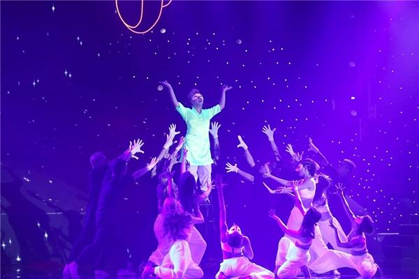 """Màn trình diễn cực bùng nổ khiến các giám khảo đều đứng dậy và cổ vũ. Ban giám khảo cho rằng, Trung Quân đã trình diễn cực """"đáng yêu"""" trong đêm diễn mở màn. - Tin sao Viet - Tin tuc sao Viet - Scandal sao Viet - Tin tuc cua Sao - Tin cua Sao"""