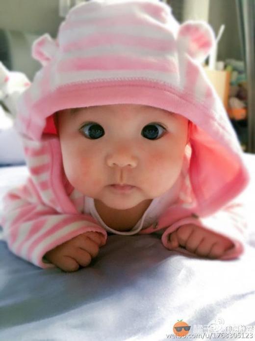 Con gái Giả Tịnh Văn với đôi mắt to tròn, đenlay láy. (Ảnh: Internet)