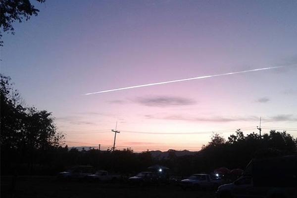 Vệt sáng bí ẩn xuất hiện trên bầu trời Thái Lan hôm 2/1. Ảnh: Bangkok Post