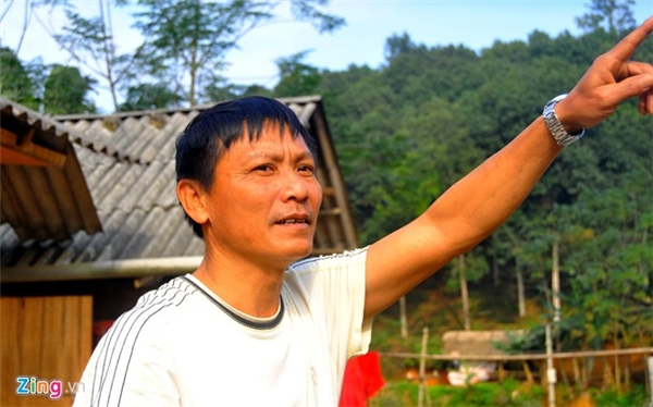 Ông Trần Quang Thuận (53 tuổi) kể lại phút chứng kiến vật thể rơi xuống đất tại địa phận tỉnh Yên Bái. Ảnh:Hoàn Nguyễn.
