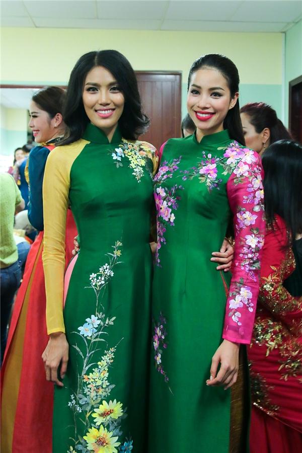 Phạm Hương rạng rỡ đọ sắc cùng Lan Khuê trong hai bộ áo dài có màu sắc rực rỡ mang đậm âm hưởng của mùa xuân. Trong suốt quá trình tham gia hai cuộc thi hàng đầu thế giới, cả hai người đẹp đã có những chia sẻ, an ủi để cùng nhau tiến lên và xây dựng hình ảnh người phụ nữ Việt Nam trong lòng bạn bè quốc tế.