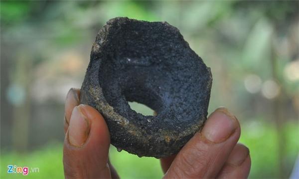 Mảnh kim loại được cho là một bộ phận của vật thể hình tròn rơi xuyên thủng mái nhà dân. Ảnh:Hoàn Nguyễn.
