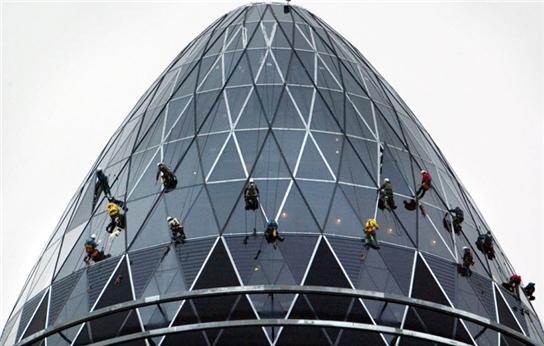 Công việc làm sạch mặt kính của các tòa nhà cao tầng không dành cho những người yếu tim. Mức lương cho những người làm công việc này là 75.000 USD một năm (1.680 tỷ đồng).