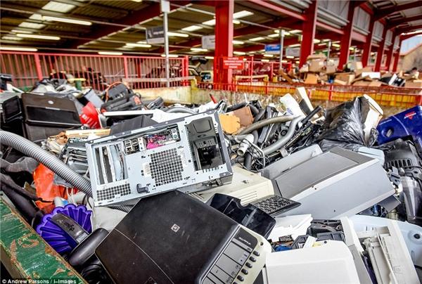 Đồ điện tử và cây cối là những rác thải khó xử lí nhất. (Ảnh: Andrew Parsons)