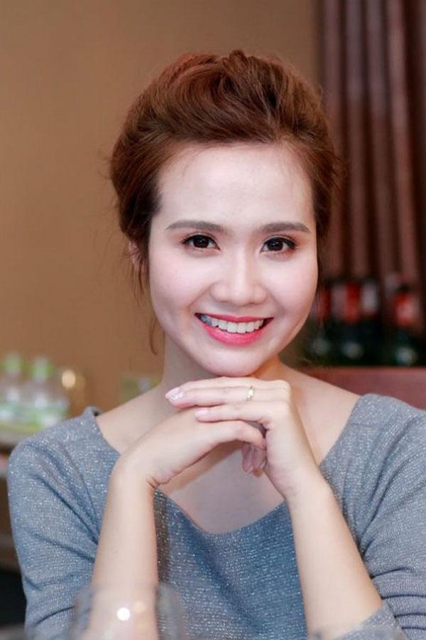 Huyền Lizzie(tên thật làPhan Minh Huyền, sinh năm 1990) được nhiều người biết đến sau Miss Teen 2009. Là hotgirl đầu đời và đặc biệt thu hút với đôi má lúm, cô nàng góp mặt trong nhiều bộ hình thời trang cho giới trẻ và nhiều MV nhạc, bộ phim truyền hình.