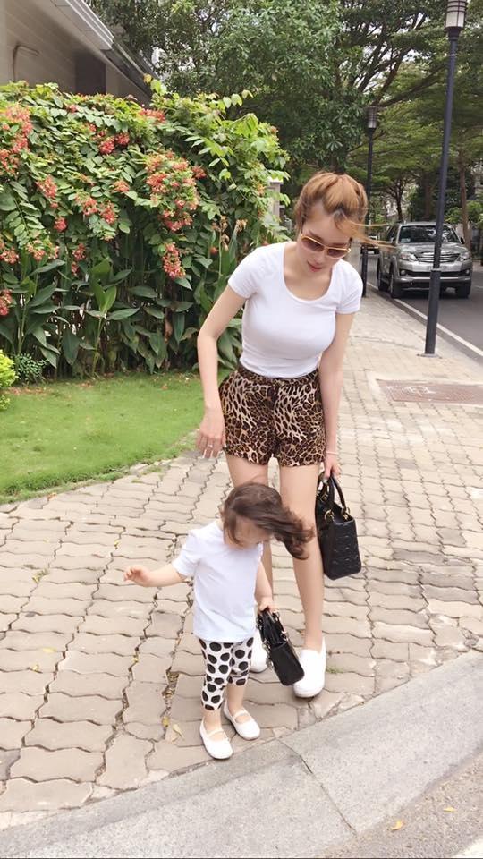 Cùng diện áo phông trắng, nếu như bà mẹ ấn tượng với họa tiết da báo thì cô con gái lại bắt mắt với chấm bi.