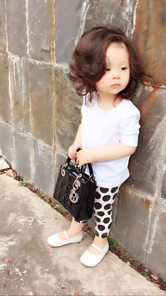 Candie Mộc Trà đáng yêu khi mang trên tay chiếc túi xách Dior của Elly Trần có giá gần 100 triệu đồng.