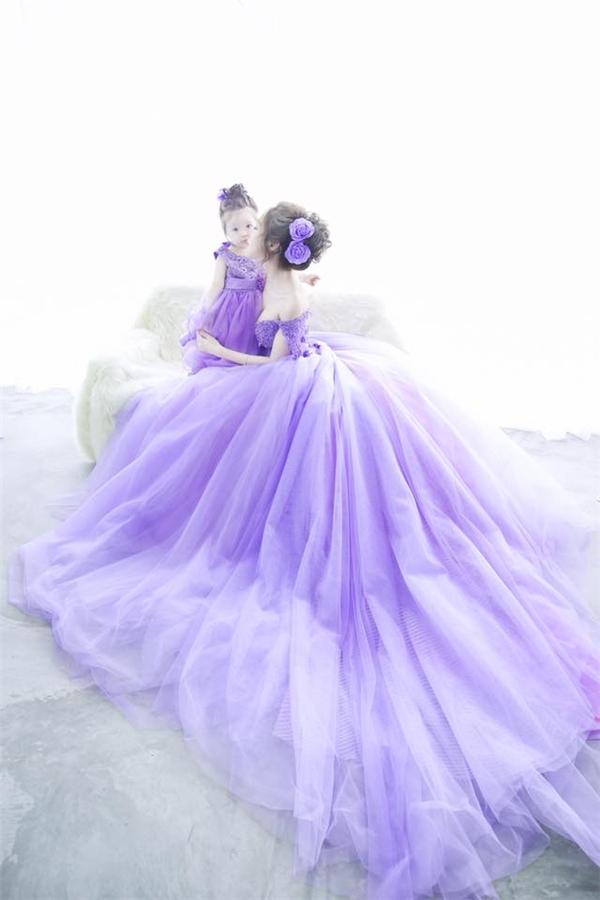 Elly Trần và con gái đẹp mê hồn trong hai chiếc váy cưới có màu tím nhạt lãng mạn, bồng bềnh.