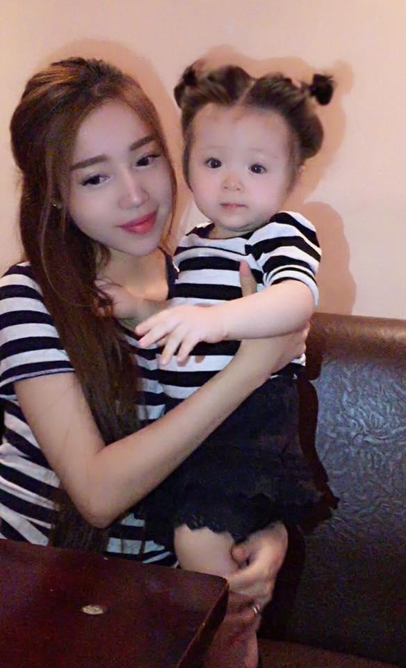 Elly Trần và con gái trẻ trung với trang phục kẻ sọc.