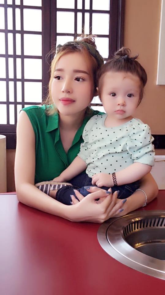 Phát cuồng với hình ảnh mẹ con Elly Trần diện đồ đôi cực đẹp