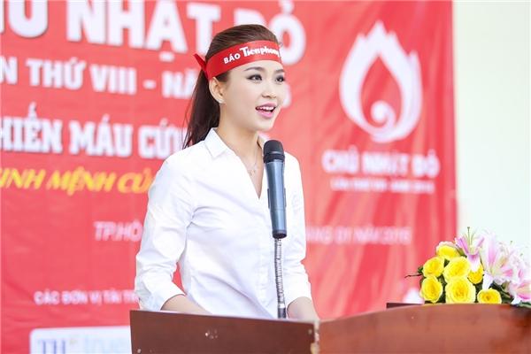 Diễm Trang cực kì xinh đẹp và trẻ trung.   Á hậu Hoa hậu Việt Nam 2014 đại diện lên phát biểu.   Cô được kiểm tra sức khỏe trước khi hiến máu.   Diễm Trang là một trong số những người đẹp rất tích cực tham gia các hoạt động thiện nguyện. - Tin sao Viet - Tin tuc sao Viet - Scandal sao Viet - Tin tuc cua Sao - Tin cua Sao
