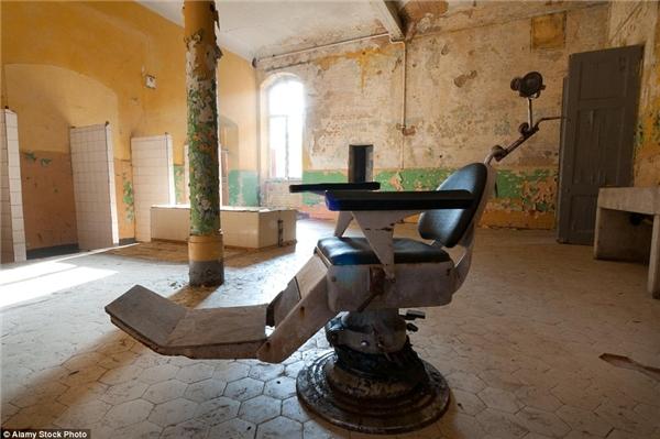 Những chiếc giường phủ bụi, tòa nhà rêu phong, hành lang trống vắng,bức tường chi chít hình vẽ graffiti và đang dần tróc sơn theo thời gian… là những gì còn sót lại của bệnh viện Berlin.(Ảnh: Daily Mail)